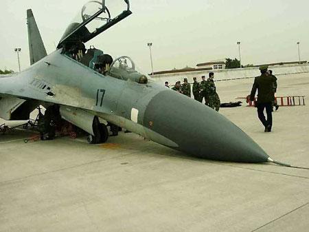 一架战机起落架出故障损毁.jpg